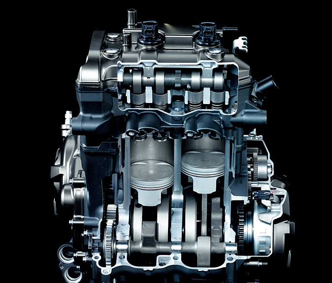 水冷・DOHC・直列2気筒・4バルブ・270度位相クランク・フューエルインジェクション搭載エンジン