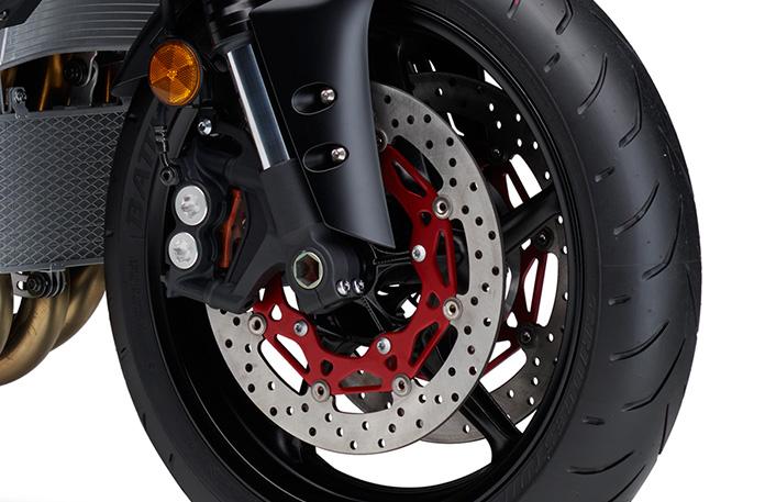 ラジアルマウントキャリパー装着フロントブレーキ&専用開発タイヤ