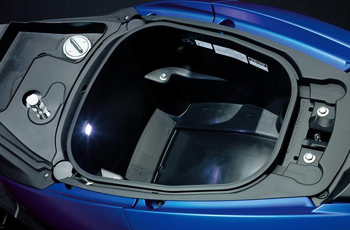 [かさばる荷物もすっきり]照明付きシート下トランク