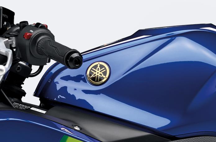 MotoGPマシンイメージのゴールドカラーの音叉マーク
