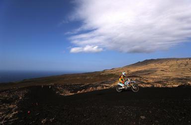 雄大な景色に包まれ、相棒を駆るという至福の時を。「WERIDE三宅島エンデューロレース」
