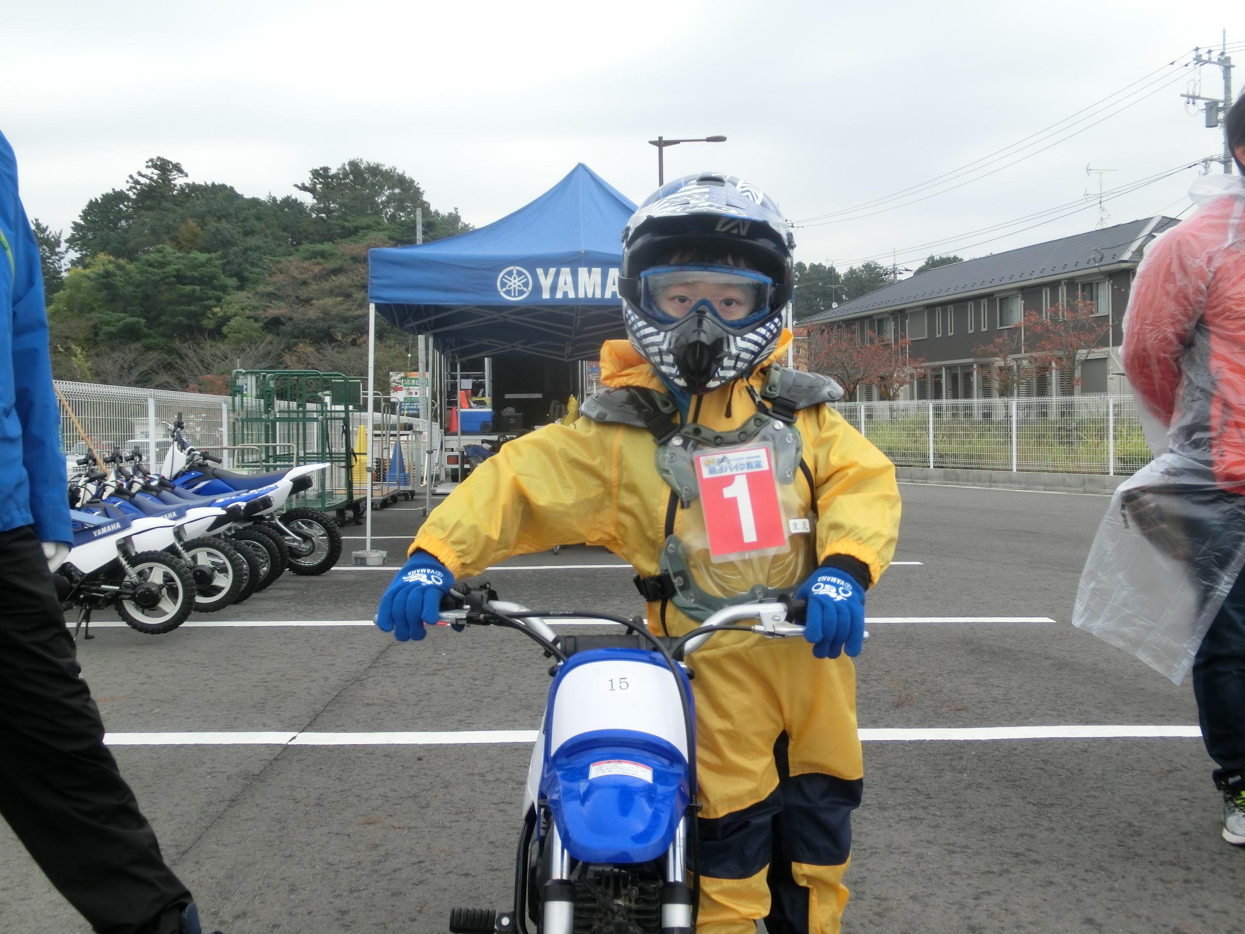 ヘルメットをお父さん、お母さんにかぶせてもらいバイクの側に立ったら、もう気分はレーサー!かっこいいぞ~!