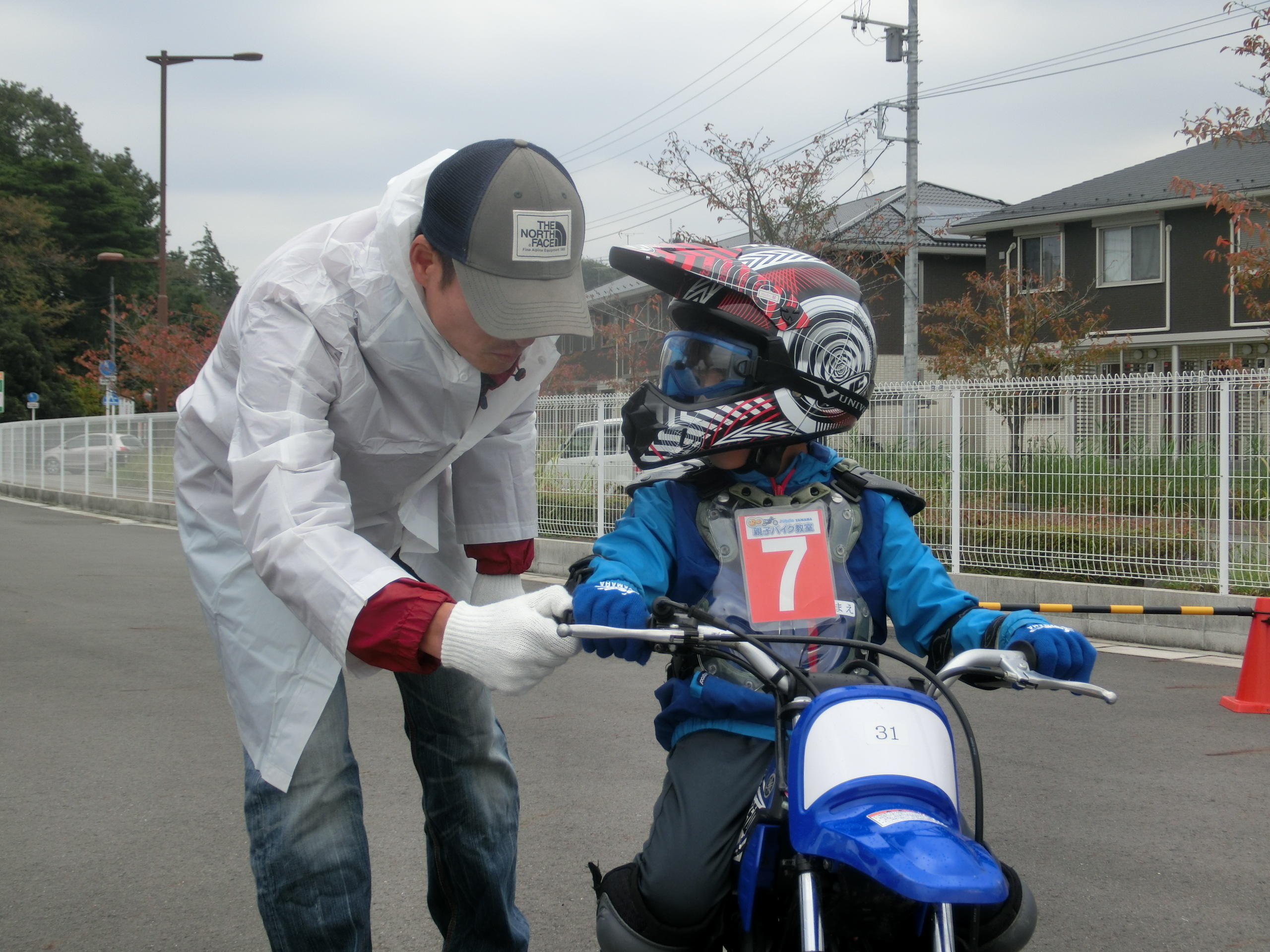 「アクセルはじわ~っと回すんだよ。この感覚、分かるかな?」親子バイク教室というだけあって、お父さん、お母さんにはインストラクターの指導のもと直接お子さんにアドバイスをしていただきます