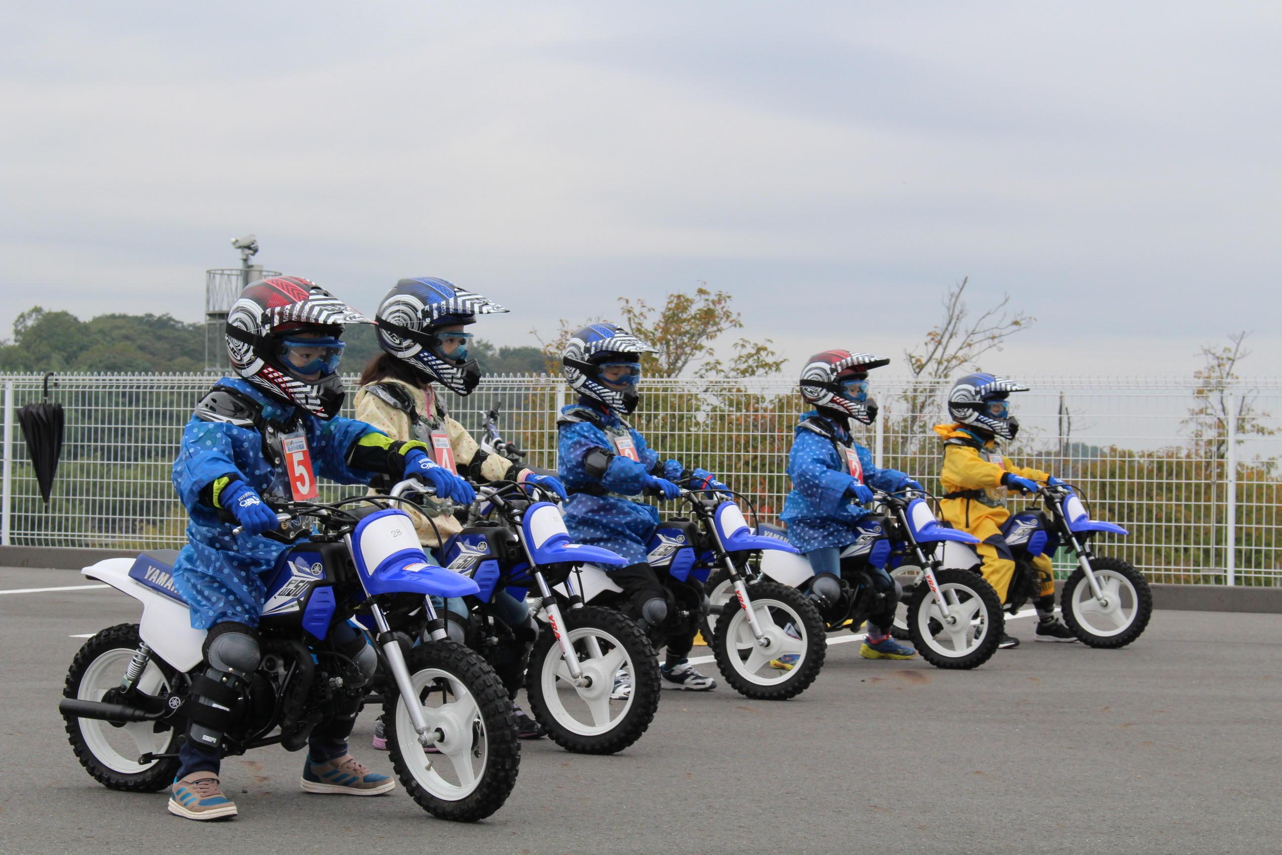 みんなバイクで待つ姿もサマになってきた~!発進の際も、必ず右後ろの後方確認をしてから発進できていました^^