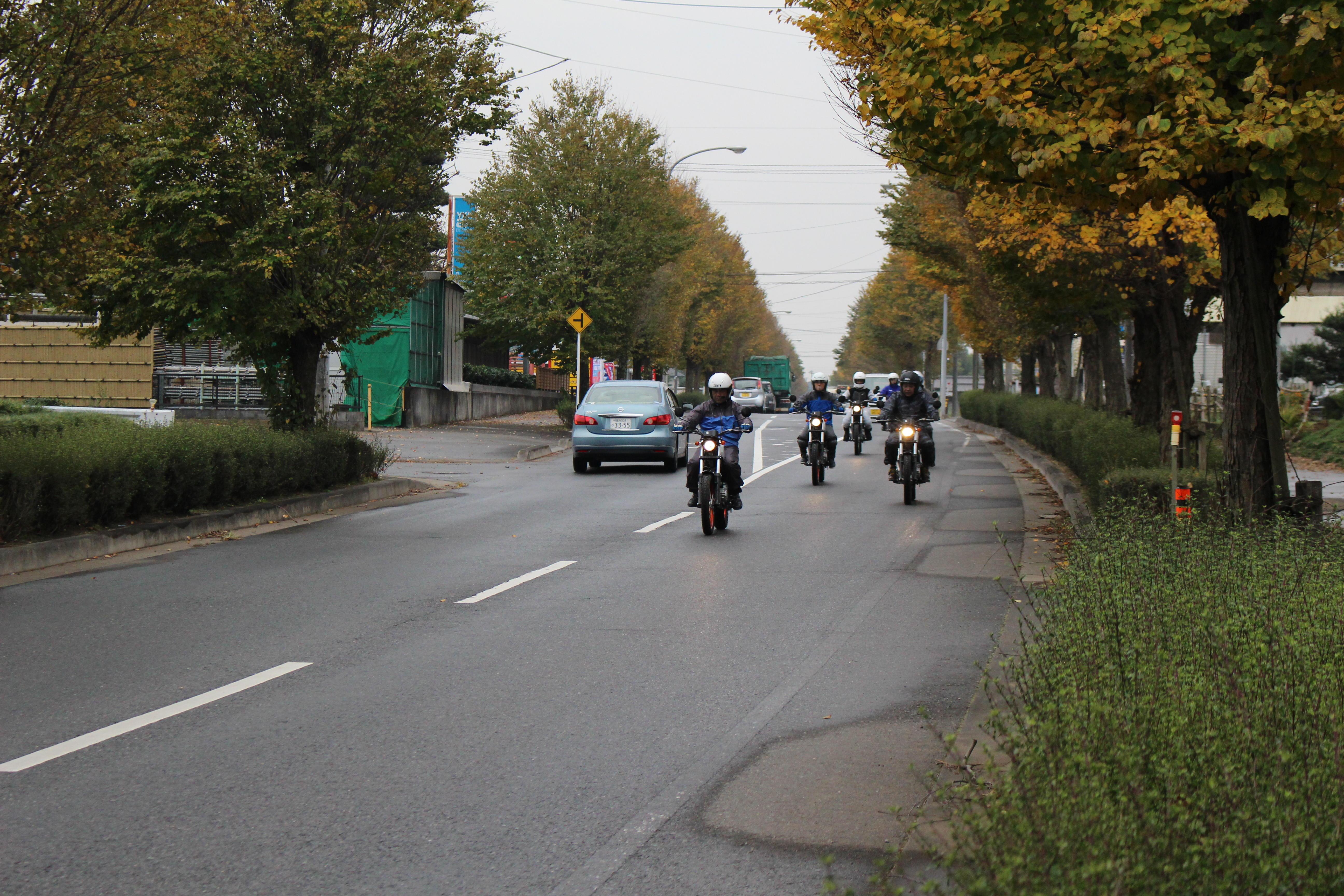 皆さん安全に正しくバイクで走れています◎ でもでも今回走っている方々、実はレッスン開始前は、「今年免許を取得したばかりで公道が不安」「25年ぶりのリターンで久々のバイクが怖い...」という基本操作に不安がある方々だったのです。