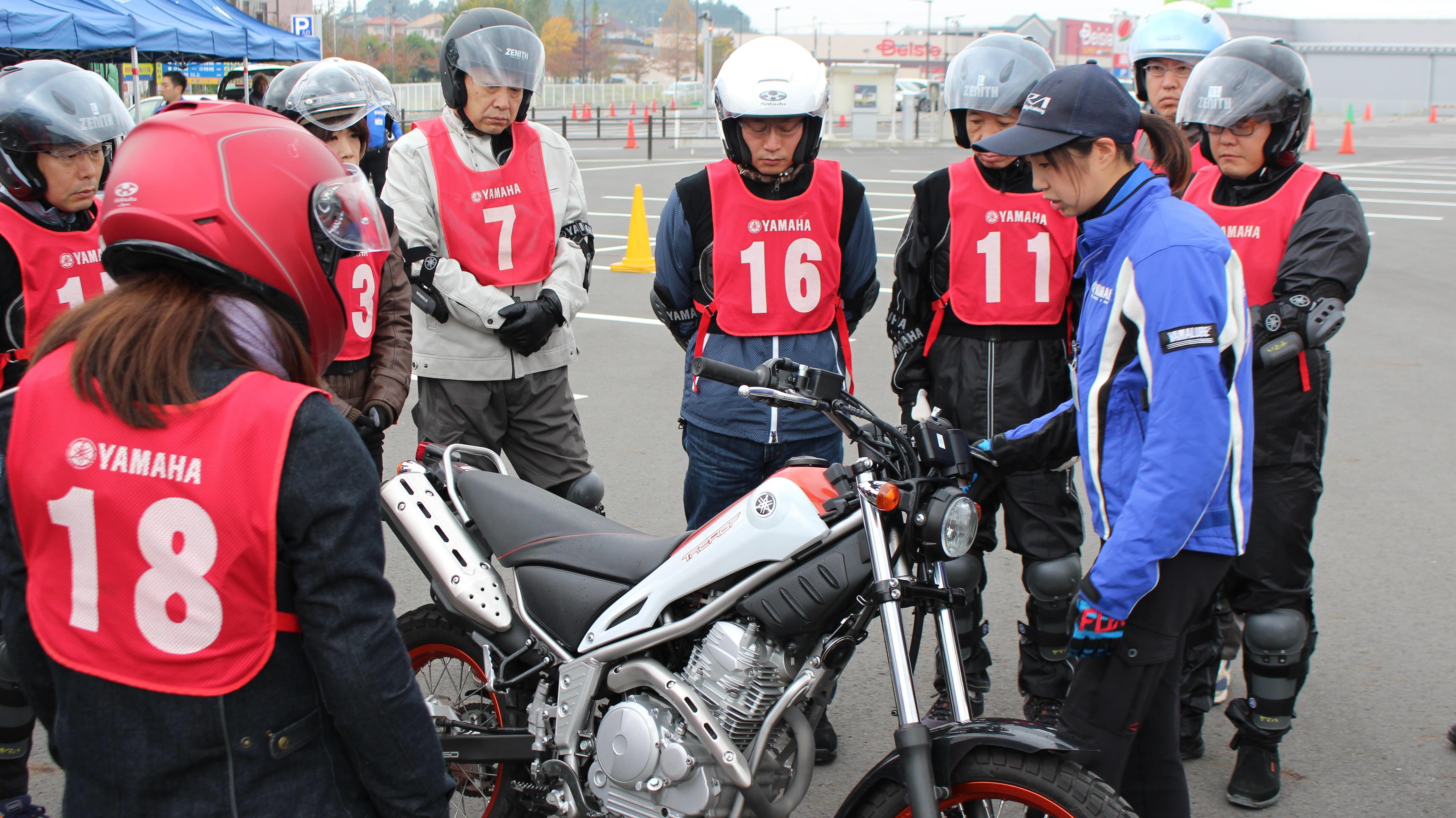 レッスンはプロテクター、ヘルメット、グローブを装着し、車両説明を受けるところから始まります。使用する装具、車両は全て貸し出し。手ぶらで気軽に参加できるのが人気の秘密。