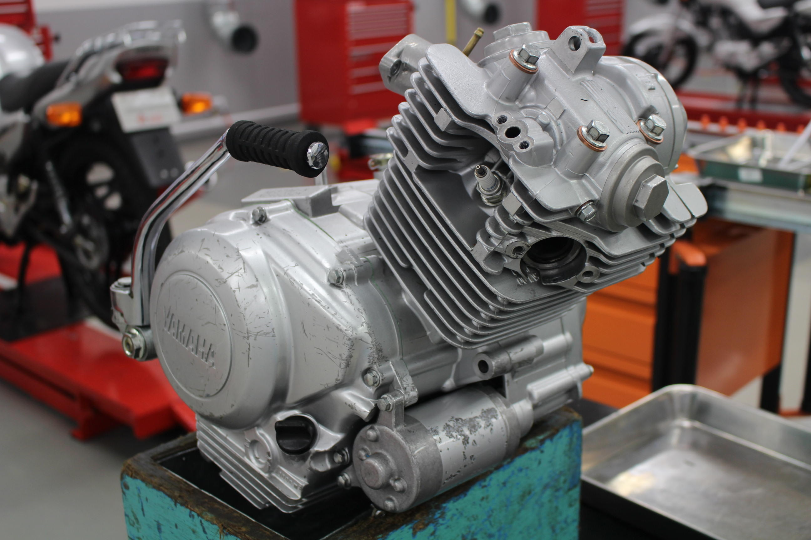 今日使うのは、このエンジン。YBR125・単気筒・SOHCのシンプルな構造のエンジン。