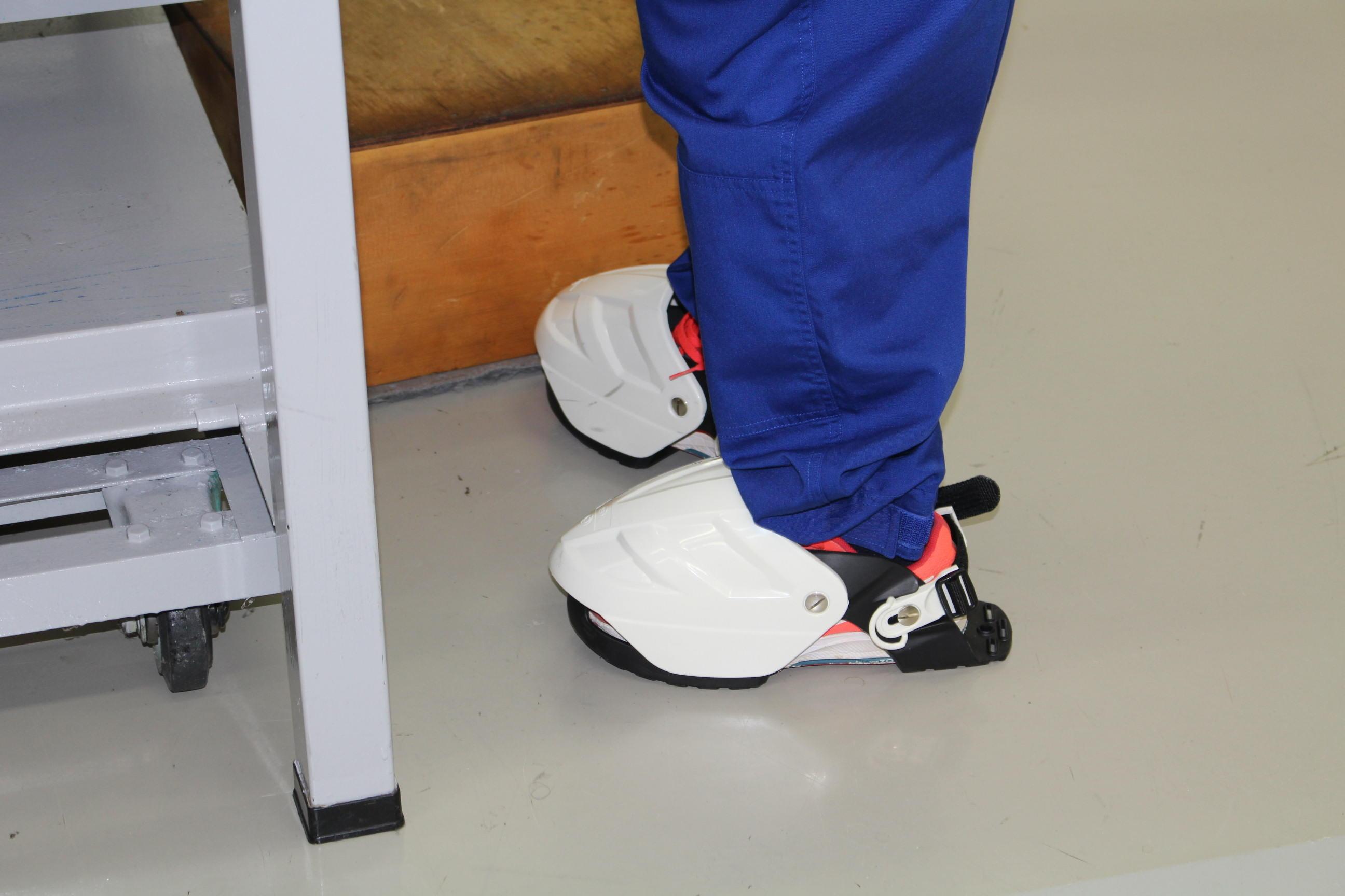 運動靴の上から装着すれば、万が一部品や工具が足に落ちても怪我を防げるので安心なのです◎
