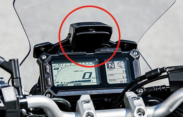 フロントスクリーンの調整はスクリーン手前のレバーを握ると上下に調整が可能。
