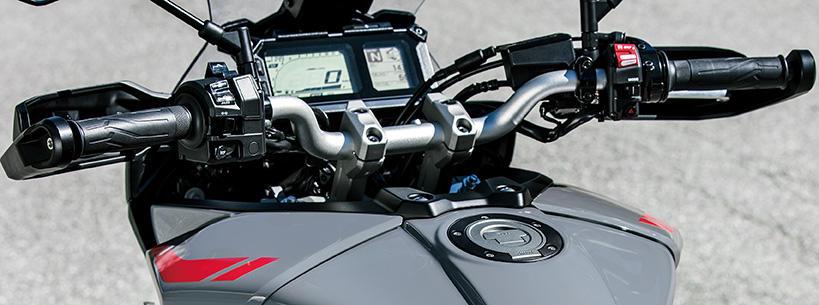 新設計のハンドルバーと、タフさと耐久性を維持しつつ機敏な走行に貢献するコンパクトな新設計のブラッシュガードを採用しました('17年モデル比▲100mmの全幅850mm)。
