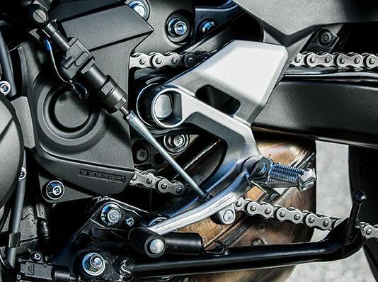 シフトペダルの動きを検知すると、ECU 演算によりエンジン出力を補正。噛み合っているギアの駆動トルクを瞬間的にキャンセルし、シフトアップ操作をサポートします。