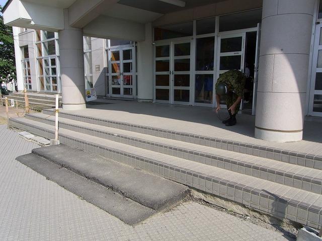 校舎が沈下して応急階段で対応 ...